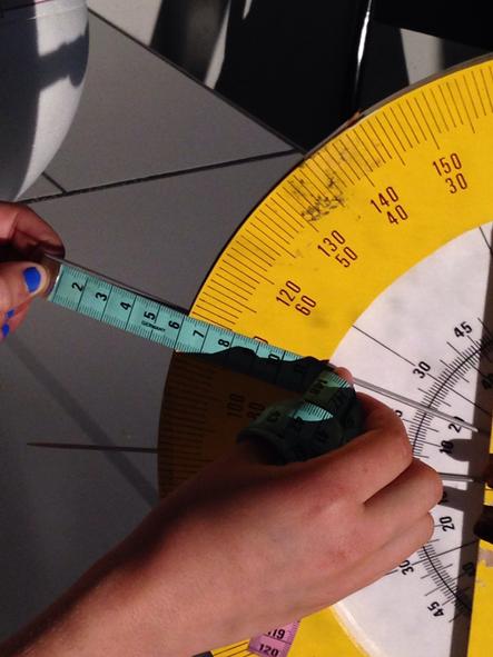 Mesurer la hauteur h de la tige plantée en A (Alexandrie) : h=6 cm