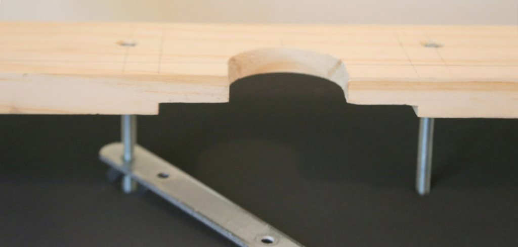 Evidement d'encastrement de la pièce en bois sur le bras rotatif